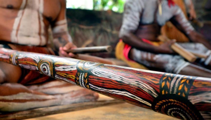 """L'aborigène habite le pays où il vit """"depuis l'origine"""" (ab + origine). //©Adobe Stock/Rafael Ben-Ari"""