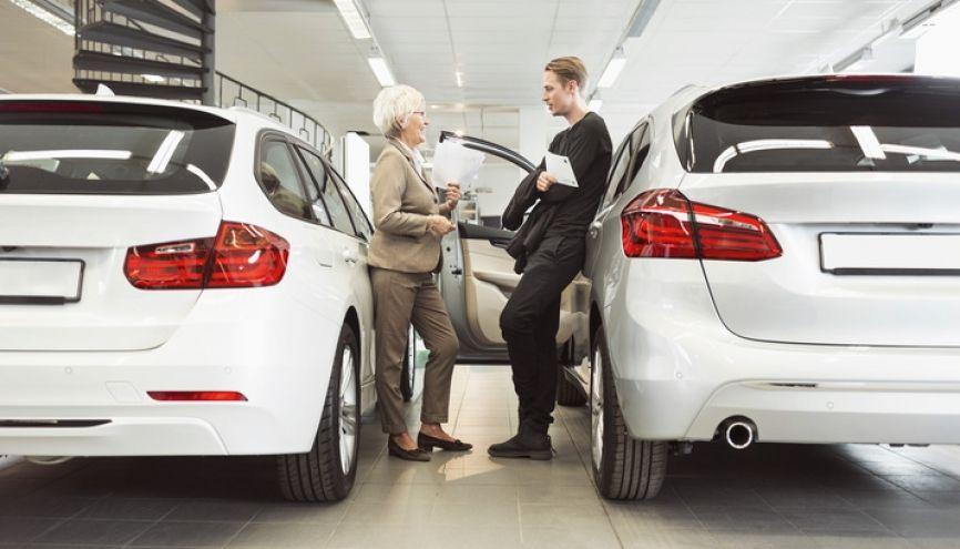 De nombreux postes sont à saisir dans le domaine de la vente automobile. //©plainpicture/Maskot