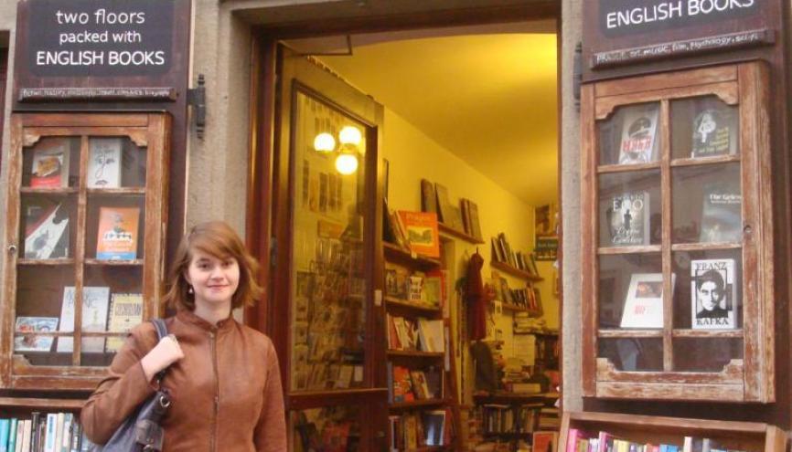 Marine devant une boutique spécialisée en littérature anglaise qu'elle a dénichée dans les rues piétonnes de Prague. //©Delphine Dauvergne