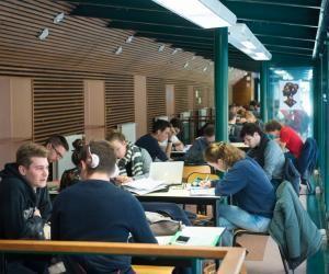 Pendant la pause déjeuner, les élèves de classes préparatoires du lycée du Parc, à Lyon, révisent leurs cours et préparent leurs colles au CDI.