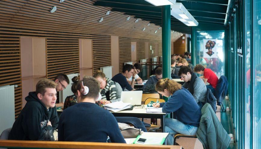 Pendant la pause déjeuner, les élèves de classes préparatoires du lycée du Parc, à Lyon, révisent leurs cours et préparent leurs colles au CDI. //©Olivier GUERRIN pour L'Étudiant