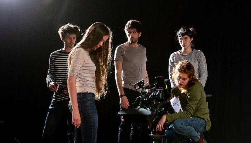 Dernière répétition avant le tournage d'un court-métrage le lendemain. Naomi (derrière la caméra) filmera une danseuse, en réalisant un plan-séquence à 360°. //©Florence Levillain pour L'Étudiant