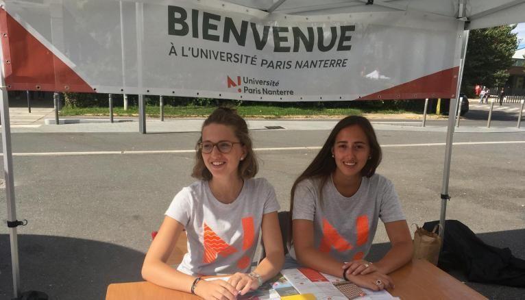 Anne-Hélène et Héloïse, étudiantes en master à l'université de Nanterre, ont été recrutées comme tutrices pour accueillir les nouveaux arrivants.