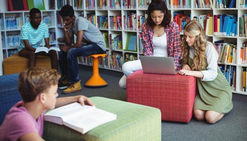 Le CDI de votre collège, un lieu pour travailler ou vous détendre. //©WavebreakMediaMicro / Adobe Stock