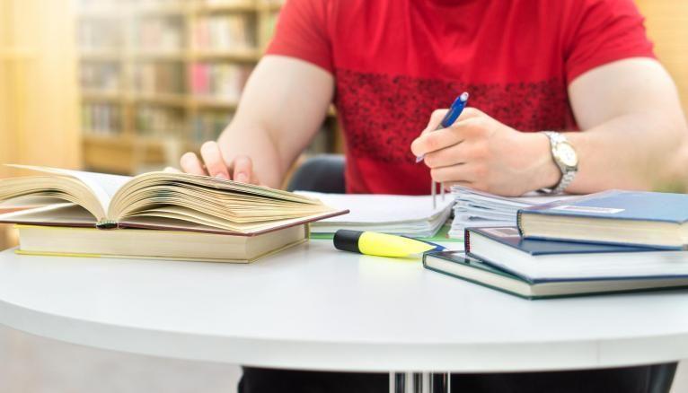 Les lycéens dénoncent les inégalités entre les candidats concernant la préparation des textes au programme de l'oral de français.