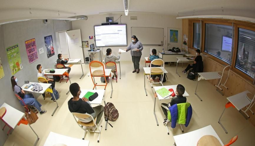 S'ils rouvrent, les collèges devront toujours répondre à un protocole sanitaire et les gestes barrières restent en vigueur. //©Fred MARVAUX/REA