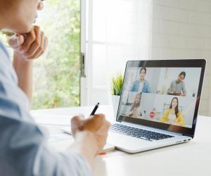 """Les webinaires, conférences à distance, rencontres Zoom et les salons virtuels ont remplacé les solutions """"physiques"""" pour s'informer sur l'orientation."""