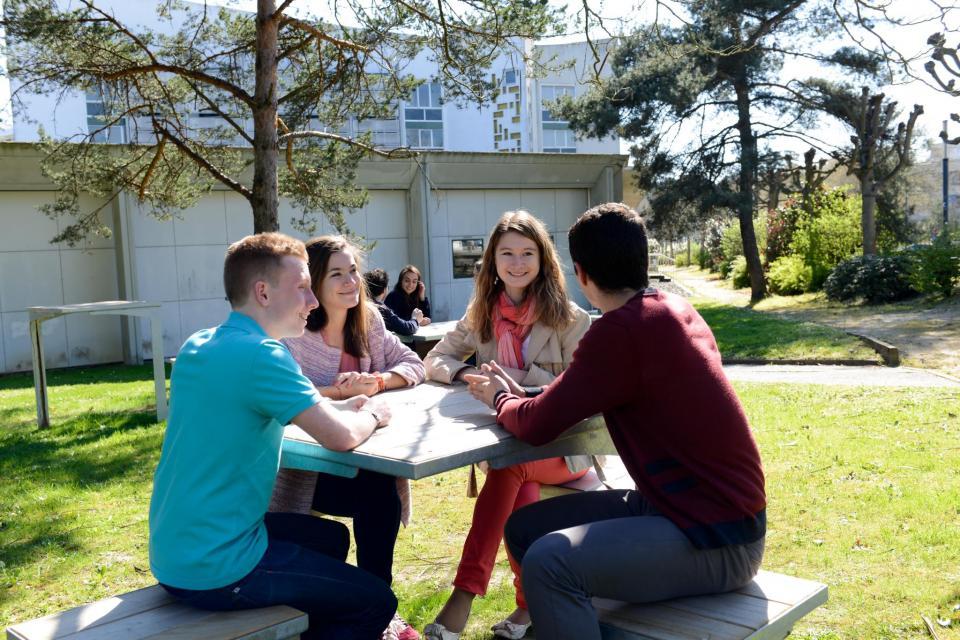 """Dès le soleil pointe le bout de son nez, les étudiants d'Audencia se retrouvent dans le coin """"détente-pique nique"""" aménagé  récemment à leur demande sur les pelouses du campus de l'école de commerce nantaise. //©F. Senard/Audencia Group"""