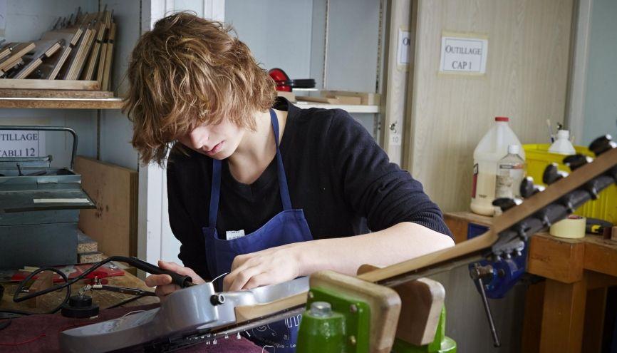 Si vous envisagez de vous former à un métier d'art (ici, la restauration d'instruments de musique à l'ITEMM du Mans), poussez les portes des ateliers d'artisans pour proposer vos services comme apprenti(e). //©Michel Gaillard / R.E.A