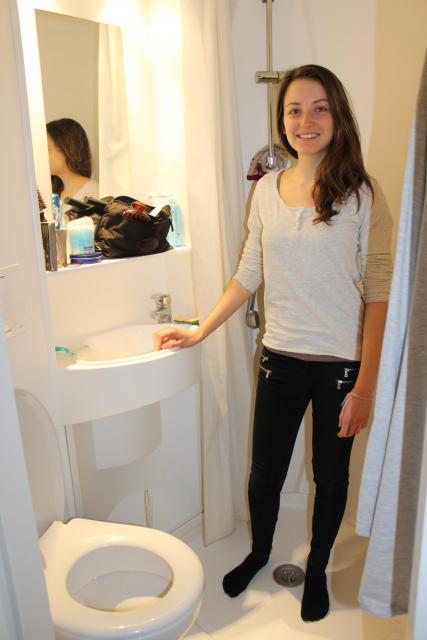 Les sanitaires sont petits mais propres. //©Delphine Dauvergne