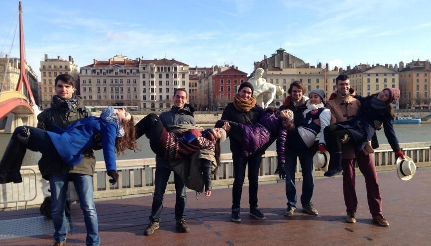 """À Lyon, les étudiants internationaux posent à côté de la statue """"The weight of One Self"""". //©ESN Lyon"""