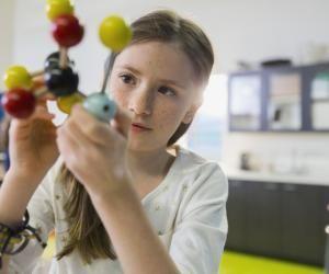 Classer et repérer les atomes : un apprentissage au programme de la 4e.