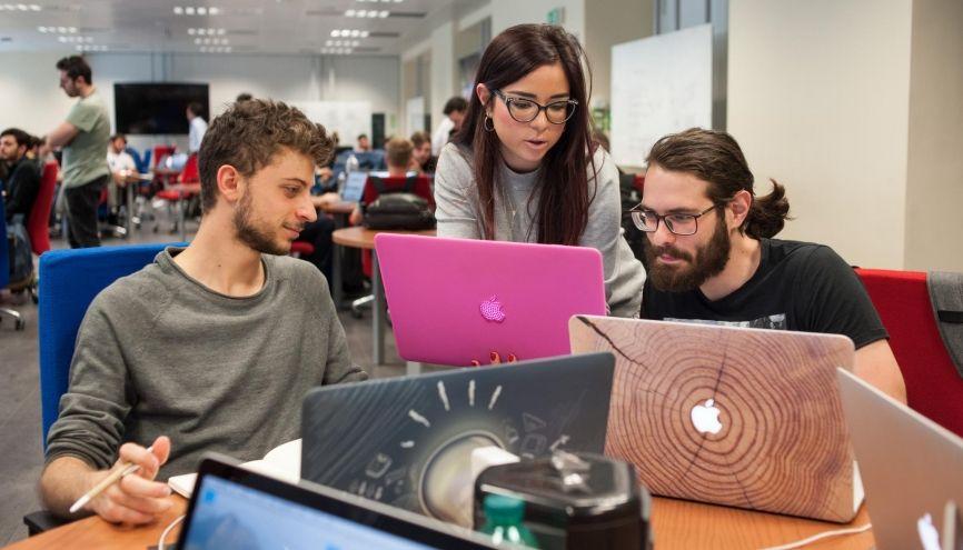 """Un iPhone, un iPad et un MacBook sont offerts à chaque étudiant intégrant la """"Developer Academy"""" d'Apple. Welcome ! //©Apple"""