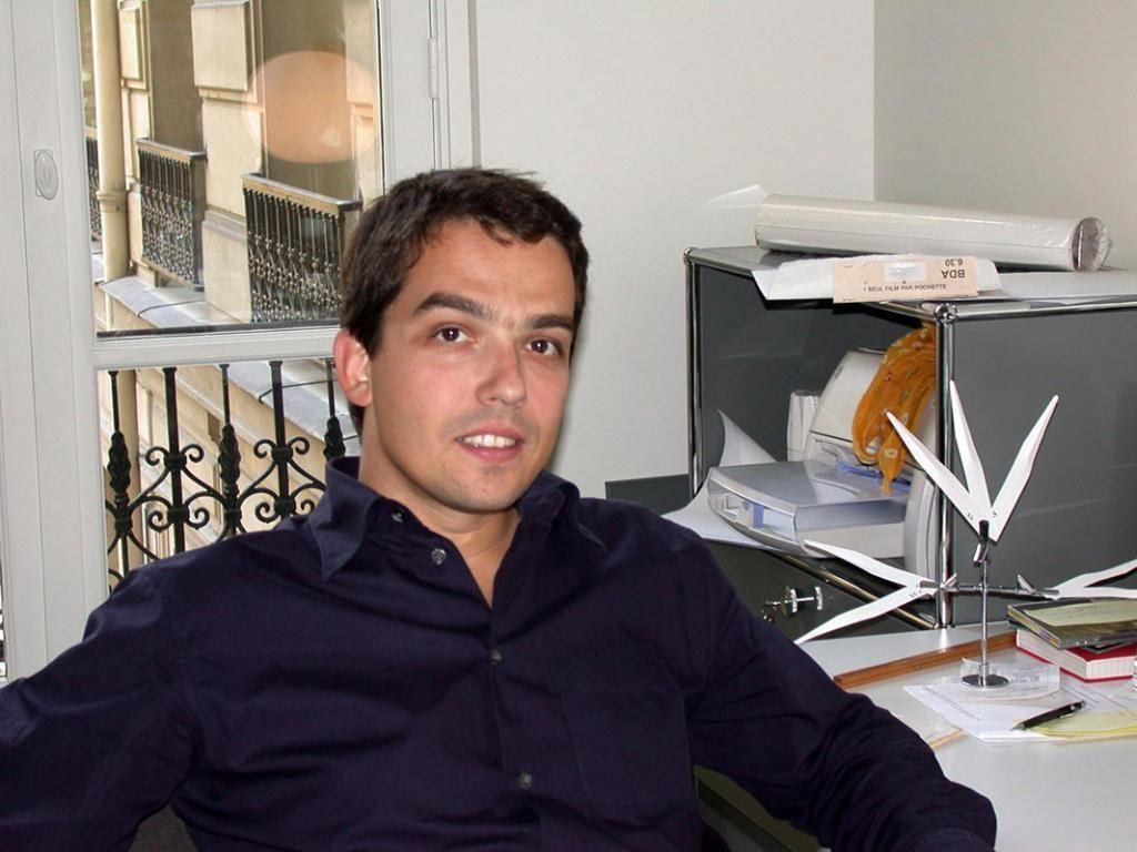 À l'issue de sa formation dans l'École de parfumerie Givaudan, fabricant de parfums suisse, Antoine intègre l'entreprise et travaille à la création de fragrances. Ici, en 2002, dans son bureau.  //©Photo fournie par le témoin
