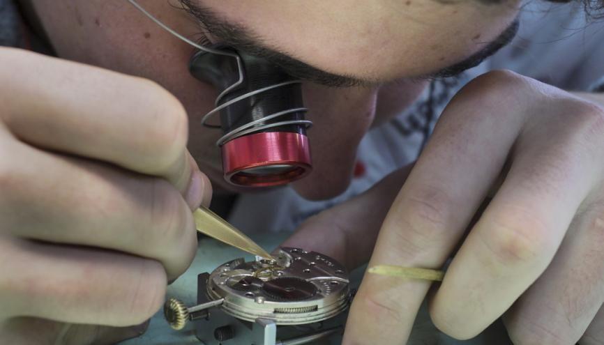 Des heures passées sur des mécanismes minuscules : voilà le quotidien des élèves horlogers. //©Raphaël Helle/Signatures pour l'Etudiant