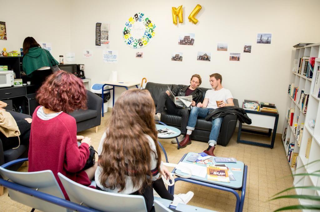 Professeurs et élèves partagent leur pause-déjeuner, l'occasion de poursuivre les discussions commencées en cours.  //©Florence Levillain pour L'Étudiant