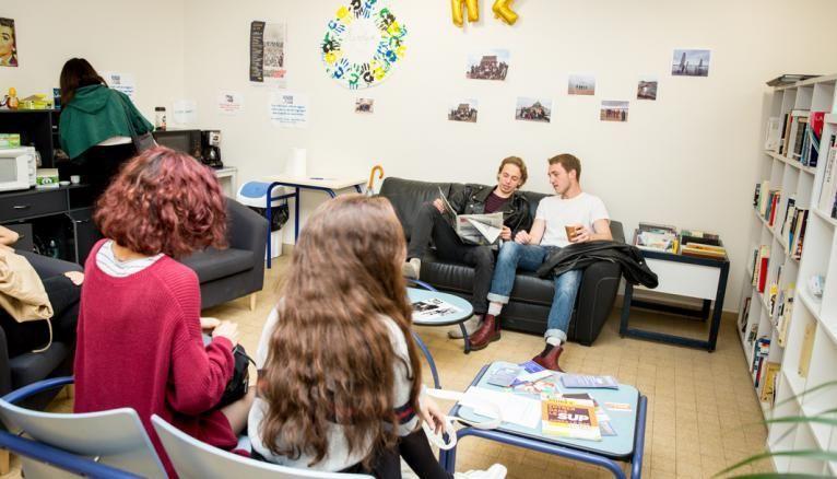 Professeurs et élèves partagent leur pause-déjeuner, l'occasion de poursuivre les discussions commencées en cours.