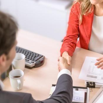 Avec les clients et/ou le grand public, la satisfaction client est l'enjeu principal dans le commerce. //©FrankBoston / Adobe Stock