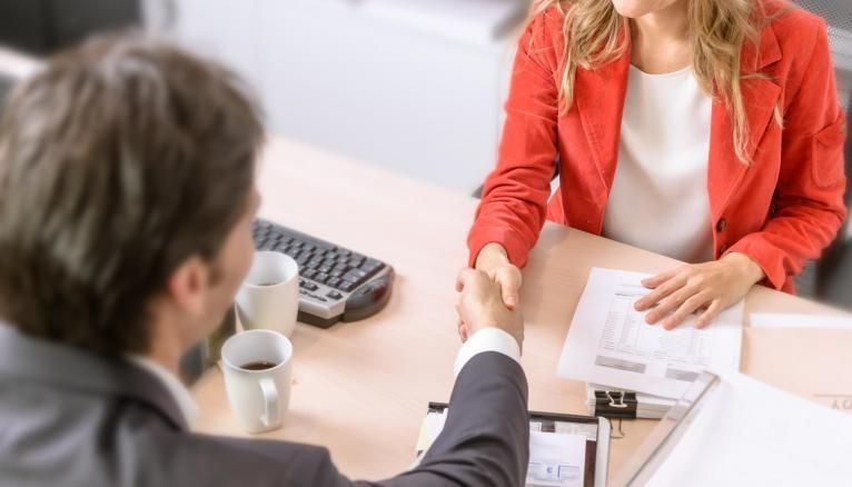 Avec les clients et/ou le grand public, la satisfaction client est l'enjeu principal dans le commerce.