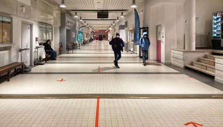 Les couloirs de l'université de Bordeaux sont déserts en cette rentrée de janvier.