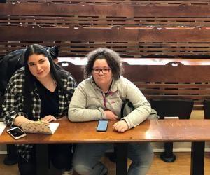 Célia et Mélissa, lycéennes en terminale, assistent au cours d'introduction au droit américain de l'université de Cergy.