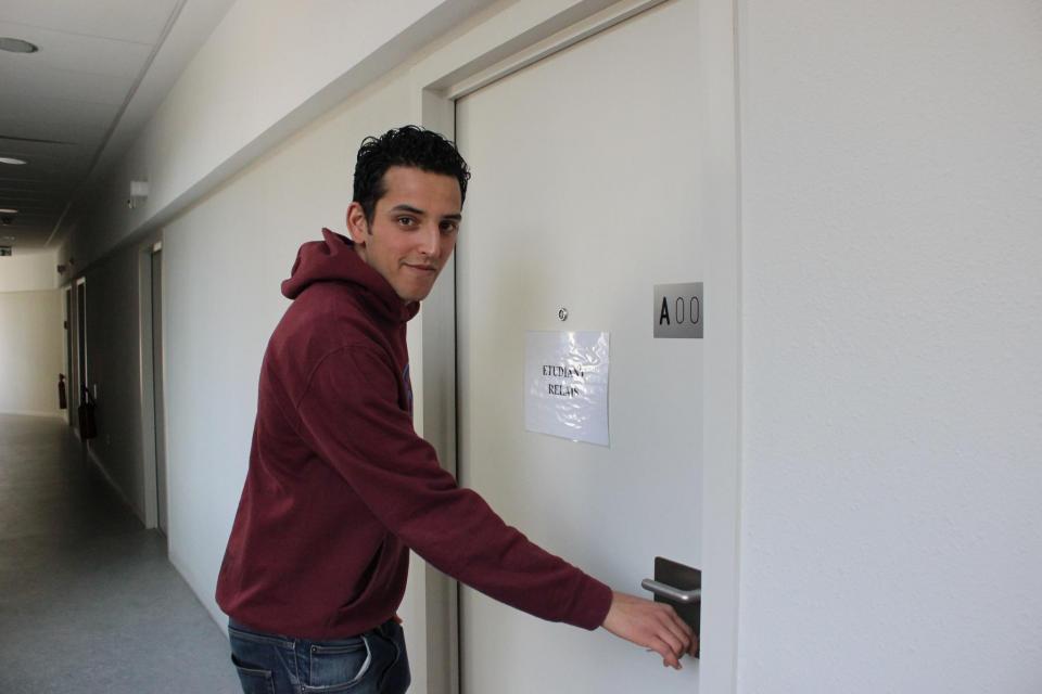 """Youcef a sur sa porte la mention """"étudiant-relais"""" affichée sur sa porte, il est à la disposition des étudiants pour les aider avec leurs problèmes administratifs. //©Delphine Dauvergne"""