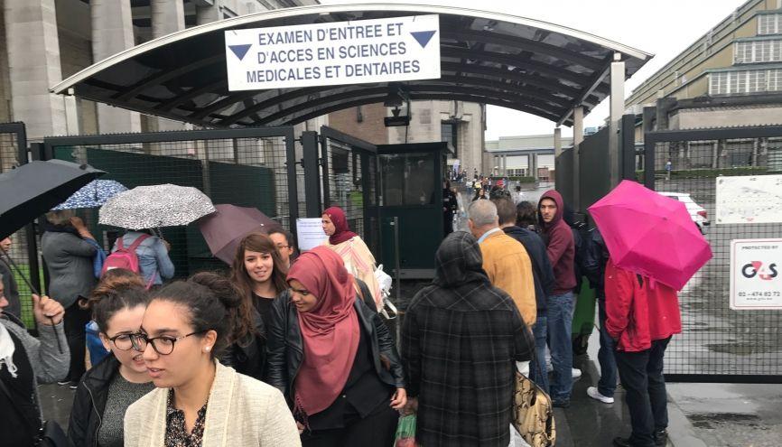 À la sortie des examens d'entrée pour la première année de médecine en Belgique : une pluie qui ne douche pas les espoirs des nombreux candidats français. //©Aurore Abdoul-Maninroudine