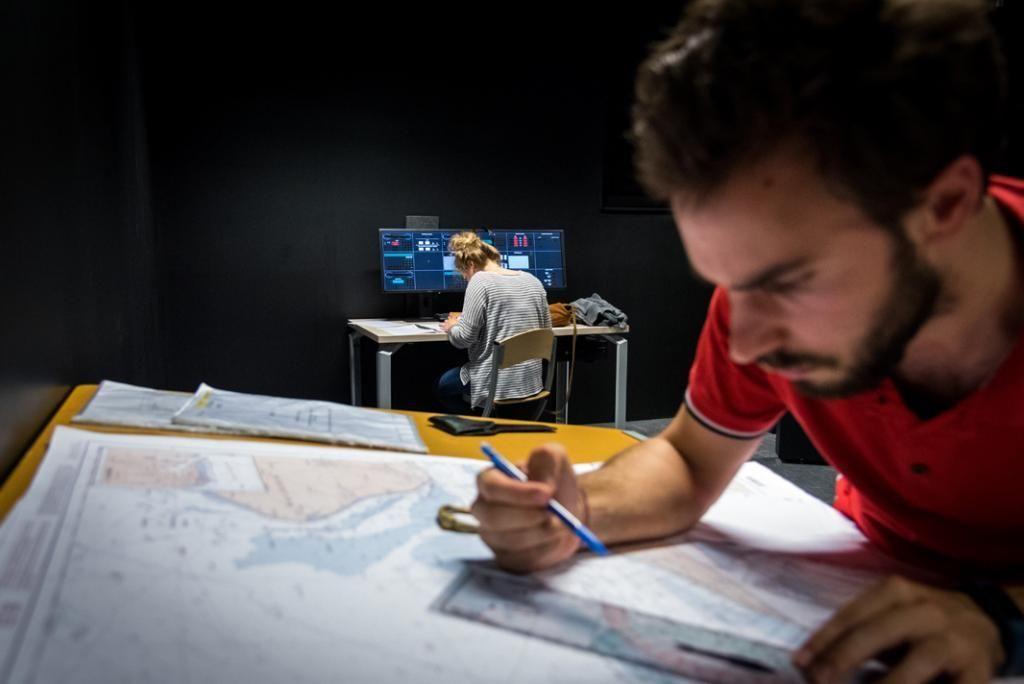 Apprendre à lire les cartes marines fait partie des premières acquisitions des futurs officiers. //©Anne-Charlotte Compan/Hans Lucas pour l'Etudiant