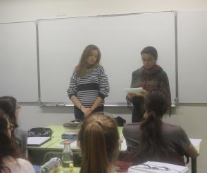 Valentine et Louna, déléguées, donnent quelques éléments du conseil de classe à leurs camarades.