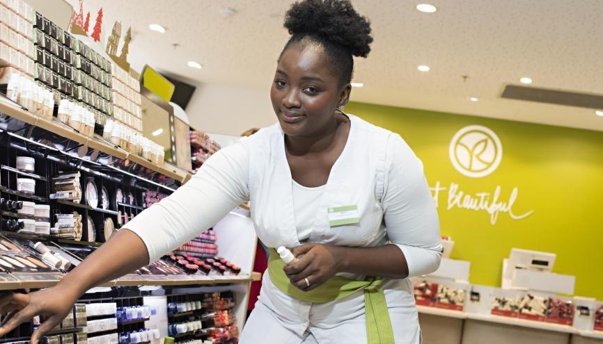 Binty occupe un poste de conseillère clientèle chez Yves Rocher. //©Marie-Pierre Dieterlé pour l'Etudiant