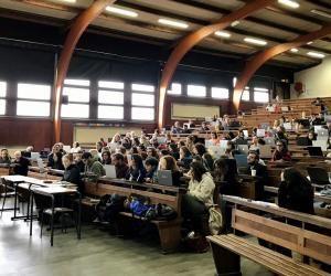 Greg Décamps, directeur de la fac de psycho de Bordeaux, accueille des lycéens dans son cours de psychologie différentielle de l'adaptation au stress à l'occasion des Journées de l'immersion.