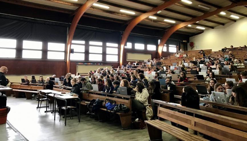 Greg Décamps, directeur de la fac de psycho de Bordeaux, accueille des lycéens dans son cours de psychologie différentielle de l'adaptation au stress à l'occasion des Journées de l'immersion. //©Amélie Petitdemange