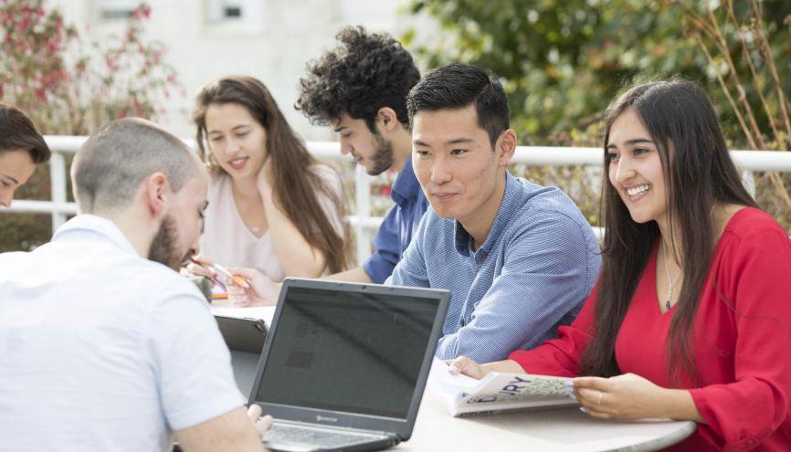 L'interculturel est un des piliers de l'IESEG. Les étudiants, originaires d'une trentaine de pays, y suivent toute leur scolarité en anglais, la langue du business. //©Barbara Grossmann/IESEG