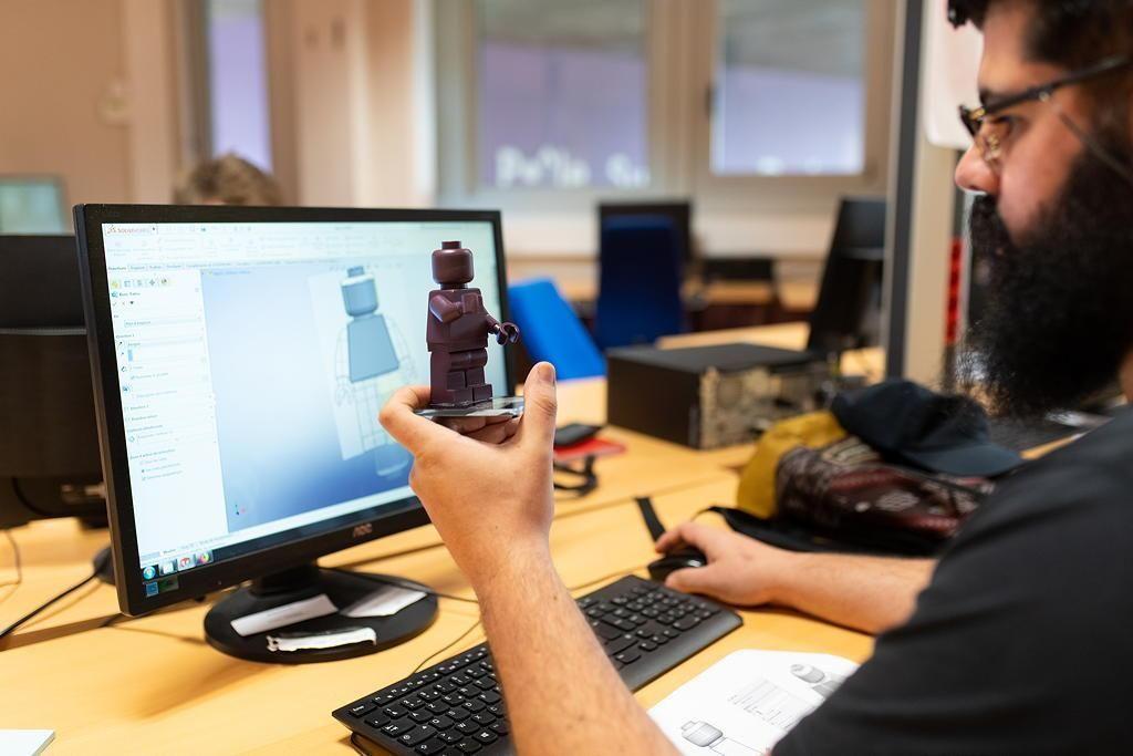 Grâce au logiciel SolidWorks, les étudiants dessinent les plans de chaque partie du Lego, qui sont ensuite envoyés sur les machines à commande numérique. //©Olivier GUERRIN pour L'Étudiant