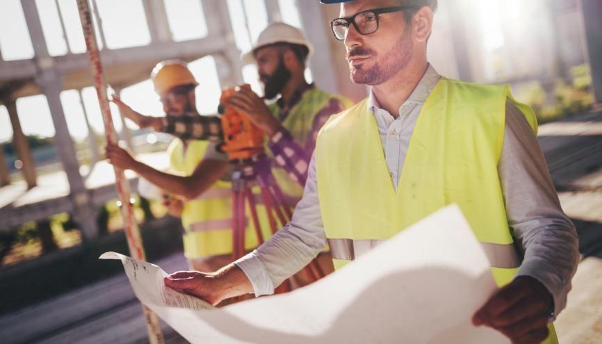 Sur les 891.000 ingénieurs en activité en 2020, ils sont 26,22% dans le secteur de la construction, deuxième domaine derrière l'industrie. //©NDABCREATIVITY / Adobe Stock