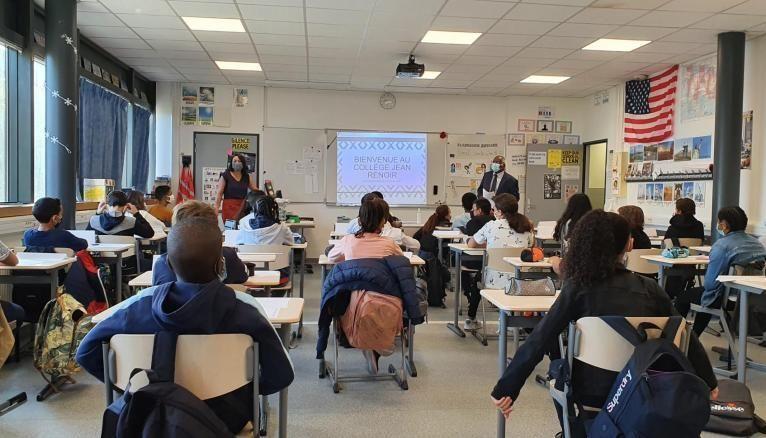 Le principal du collège, monsieur Adéikalam (au fond à droite) est passé dans chaque classe pour rappeler l'importance des gestes barrières.