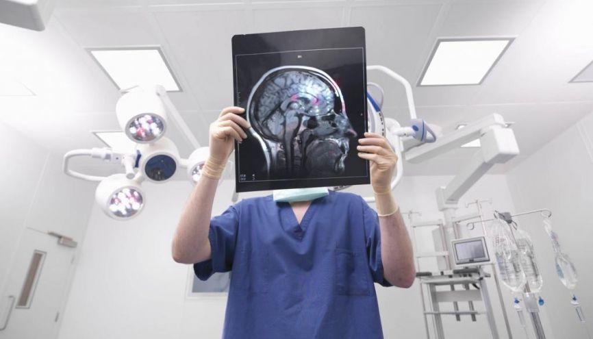 Un étudiant en odontologie, pharmacie ou sage-femme peut rattraper la deuxième année de médecine s'il regrette son choix après la PACES. //©Monty Rakusen / Plainpicture / Cultura