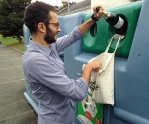 Nicolas Laurent a choisi de se réorienter avant même de commencer sa vie pro, en fondant une agence de sensibilisation au tri des déchets.