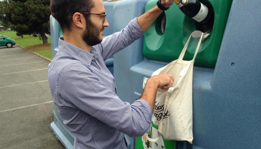 Nicolas Laurent a choisi de se réorienter avant même de commencer sa vie pro, en fondant une agence de sensibilisation au tri des déchets. //©Photo fournie par le témoin