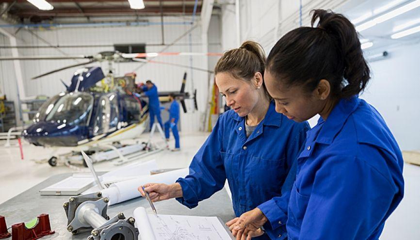N'attendez pas les réponses des établissements pour chercher un employeur. //©Hero Images/plainpicture