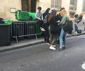 Une poignée d'élèves tentent de bloquer le lycée Fénelon contre la réforme du Code du travail.