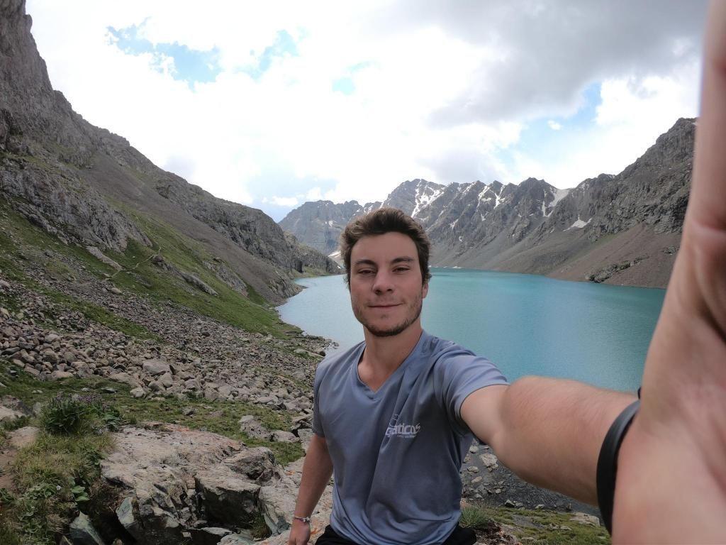 Victor a beaucoup voyagé, comme ici au Kirghizistan. //©Photo fournie par le témoin
