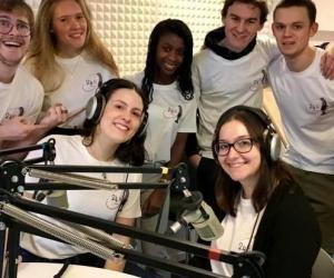 Des étudiants de l'Université Catholique de Lille diffusent une émission de 24h sur Radio UCLille. Un projet porté par Louis Nam (à gauche), qui a fédéré une équipe de 8 étudiants de différentes filières.