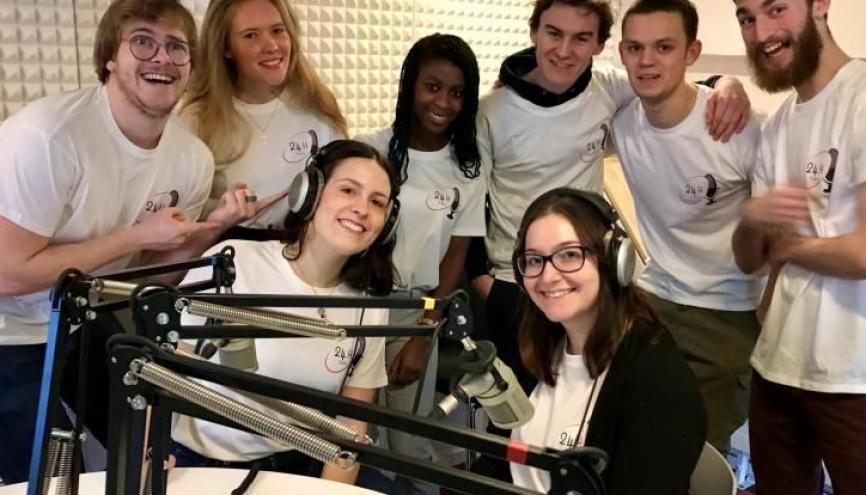 Des étudiants de l'Université Catholique de Lille diffusent une émission de 24h sur Radio UCLille. Un projet porté par Louis Nam (à gauche), qui a fédéré une équipe de 8 étudiants de différentes filières. //©Amélie Petitdemange