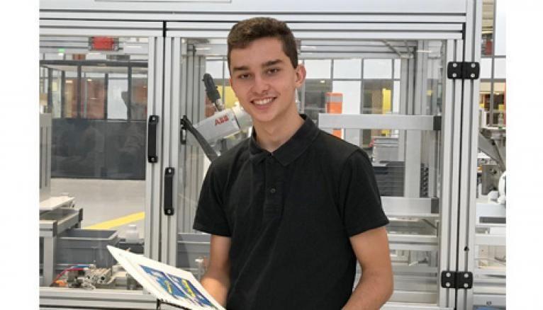 Tom, 17 ans, apprenti chez Michelin prépare à l'école Hall 32 son bac pro Maintenance des équipements industriels (MEI)