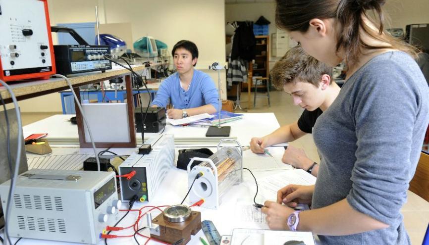 Travaux pratiques de physique ondulatoire électromagnétisme à l'université Lyon 1. //©Éric Le Roux / Service Communication - UCBL