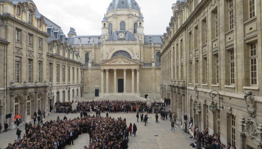 François Hollande s'est rendu à la Sorbonne pour observer une minute de silence en hommage aux victimes des attentats du 13 novembre. //©Virginie Bertereau