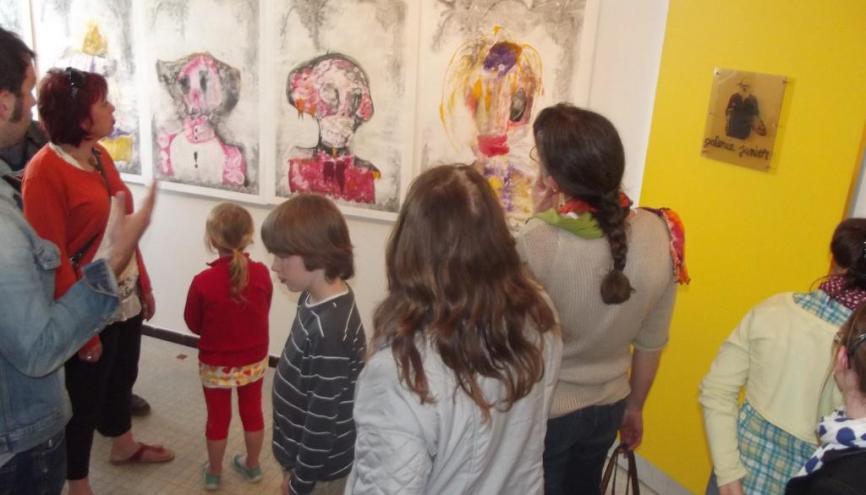 """Le vernissage de l'exposition au collège Georges-Lavalley à Saint-Lô est l'aboutissement du travail des élèves de l'atelier """"galerie d'art"""". //©Mathilde Broggi"""