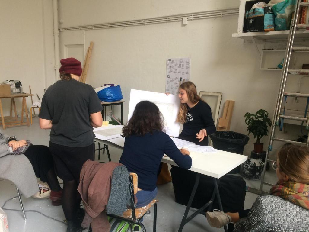À l'ENSBA (École nationale supérieure des beaux-arts) de Paris, Pauline présente son travail à l'artiste Anne Rochette. //©Martin Rhodes