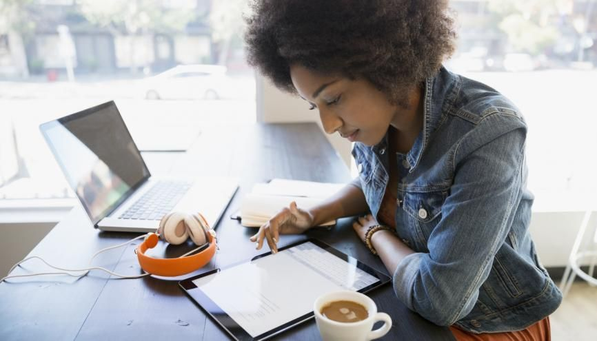 Se préparer à cadrer son niveau de langage avant un entretien d'embauche est un effort qui peut se révéler payant. //©plainpicture-Hero Images